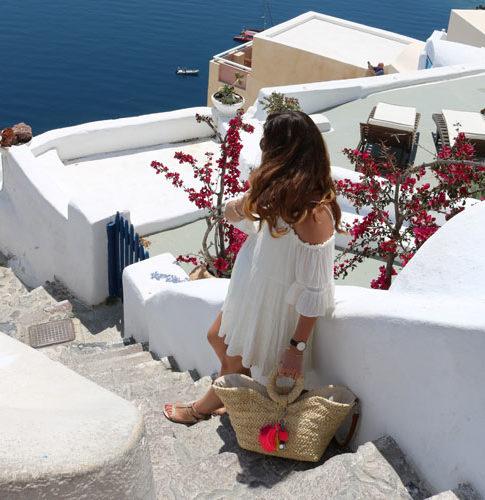 Santorini Schwangerschaftsoutfit auf Treppe