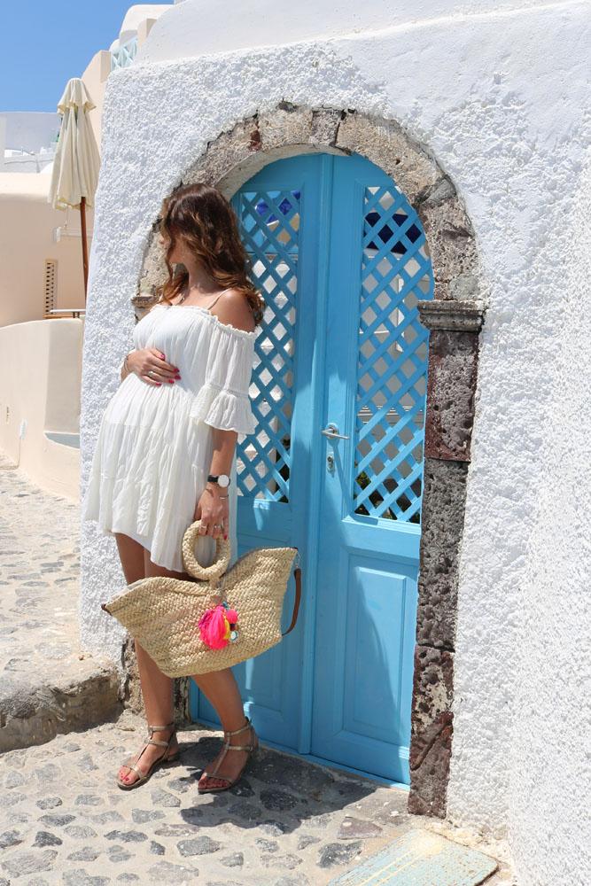 Santorini Schwangerschaftsoutfit vor Tür