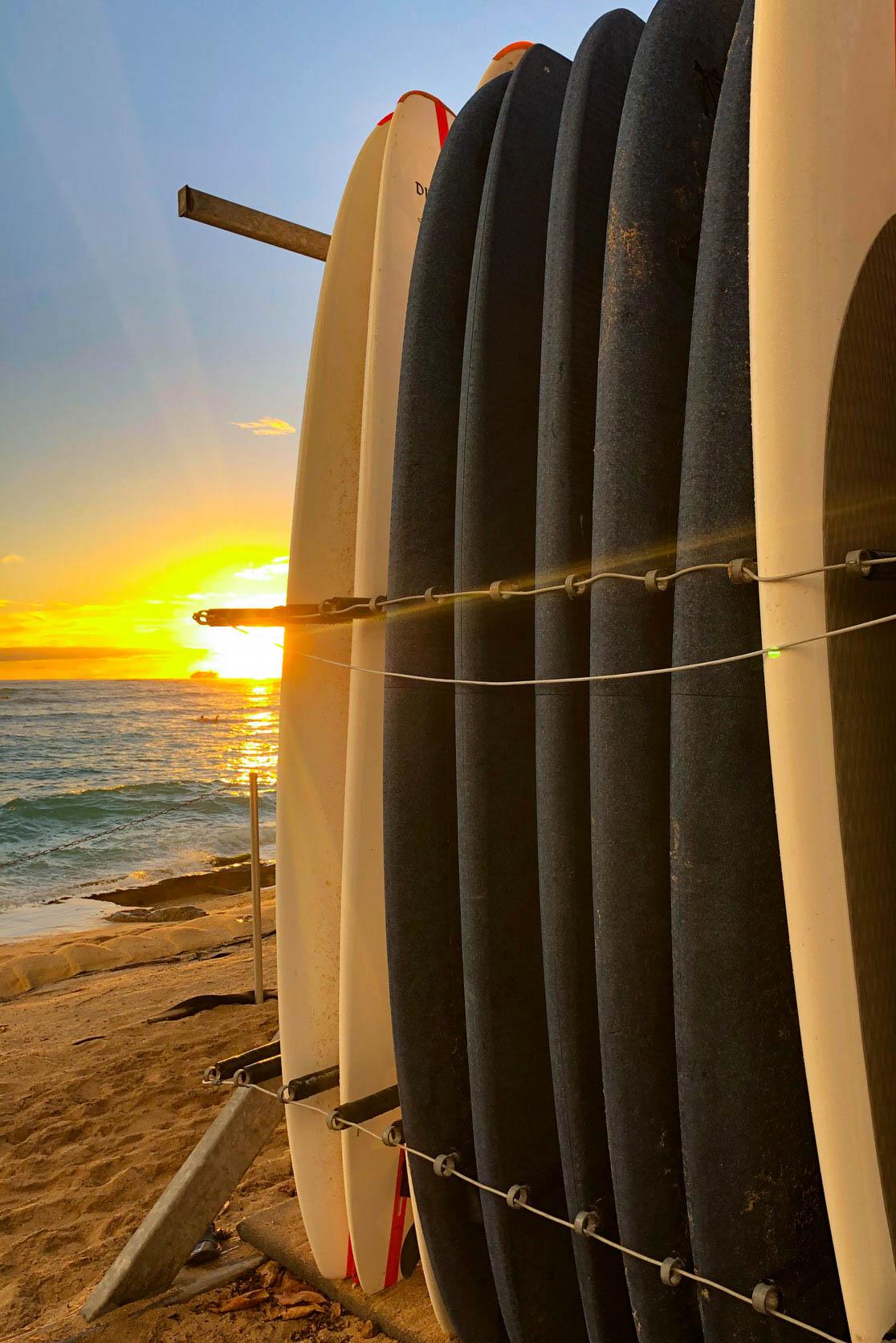 Surfbretter Waikiki Beach Oahu Sonnenuntergang