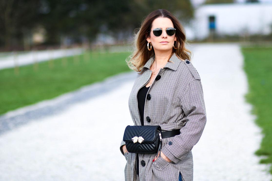 Sonnenbrille, Trenchcoat und Gürteltasche