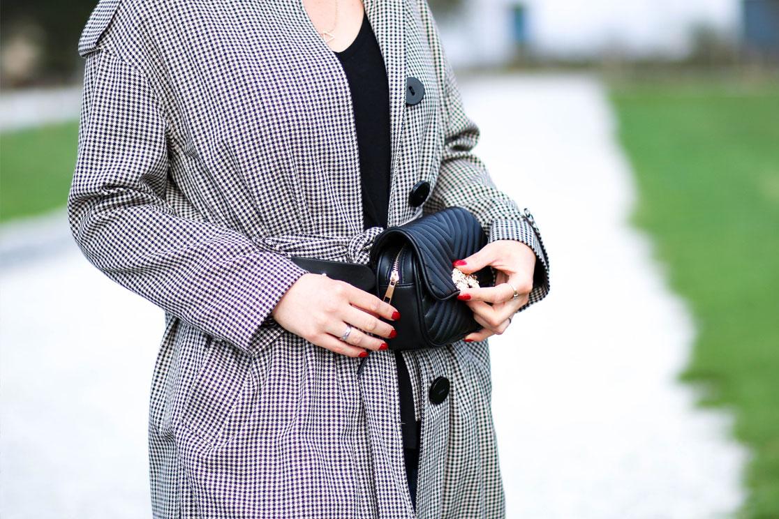Gürteltasche ZARA schwarz Outfit mit Trenchcoat