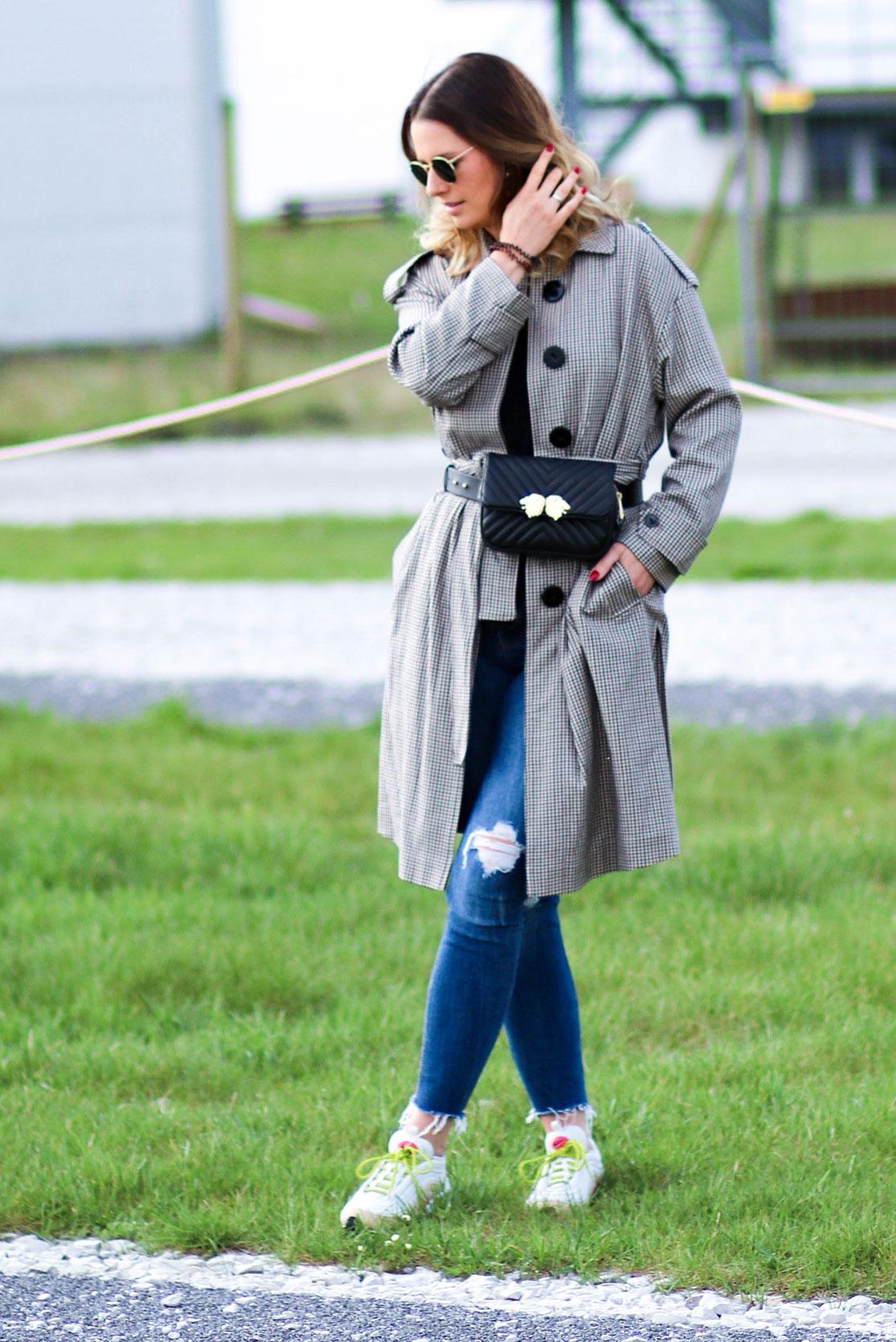 Outfit Trenchcoat mit Gürteltasche und Sneaker