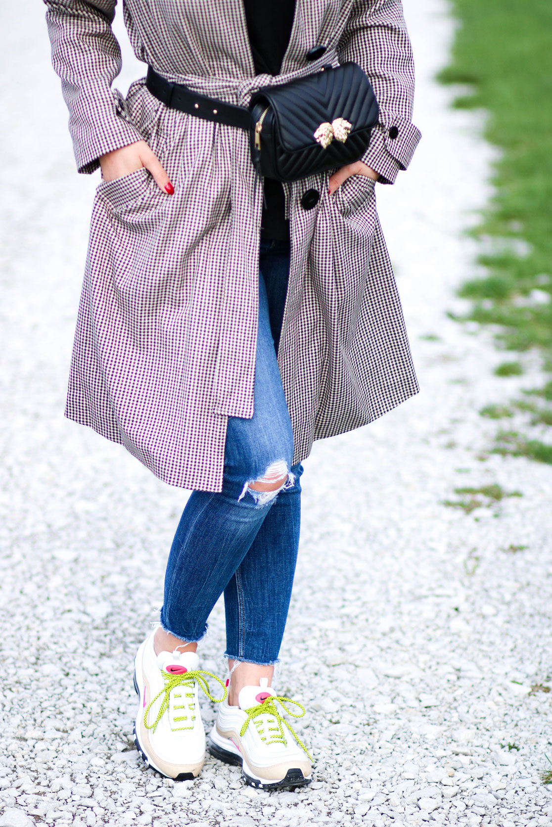 Outfit Trenchcoat und Gürteltasche Detail